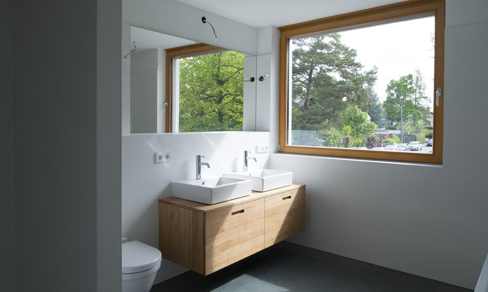 fin23 einfamilienhaus ottobrunn fw70 nierigenergie 13 bad weiss schiefer naturstein boden eichen. Black Bedroom Furniture Sets. Home Design Ideas